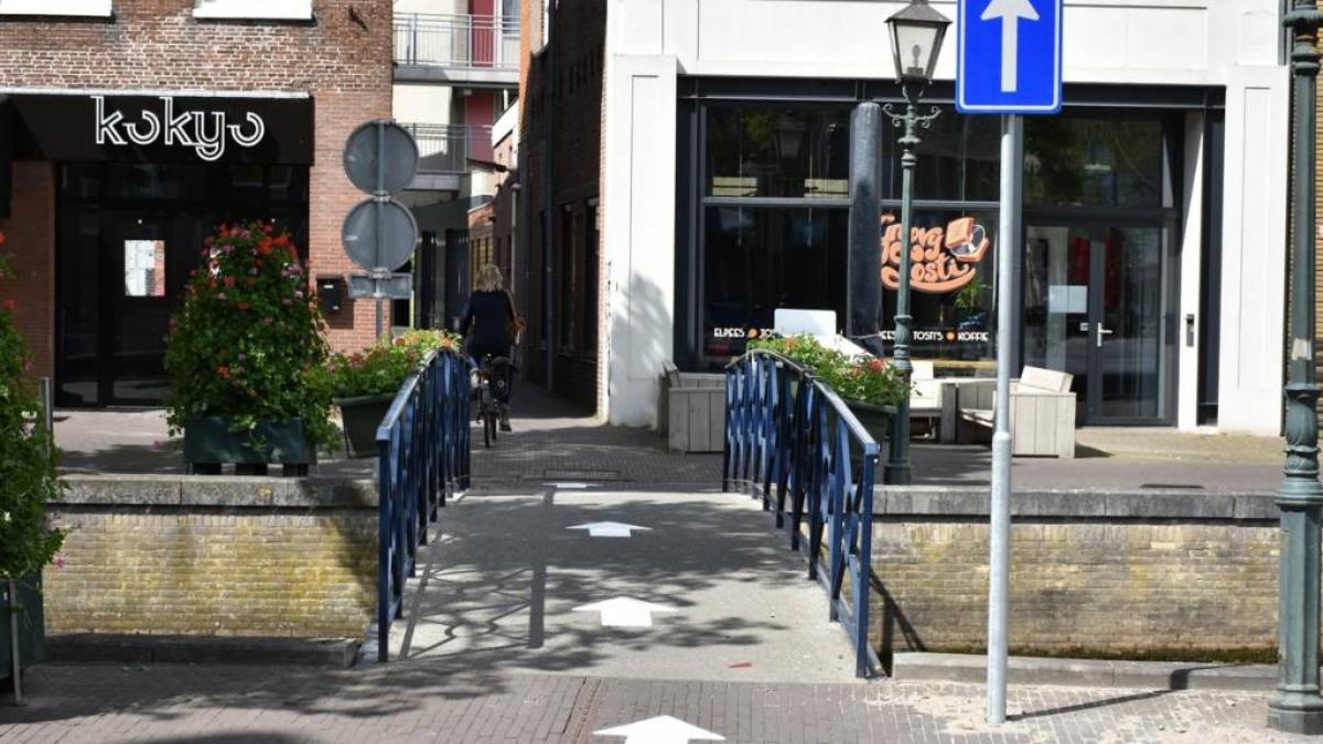 Eenrichtingsverkeer in stegen en over bruggetjes in centrum Heerenveen
